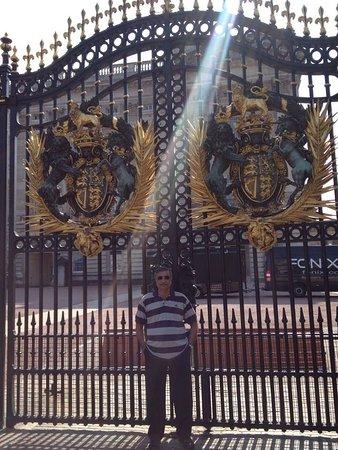Букингемский дворец: The massive gates of Buckingham palace.