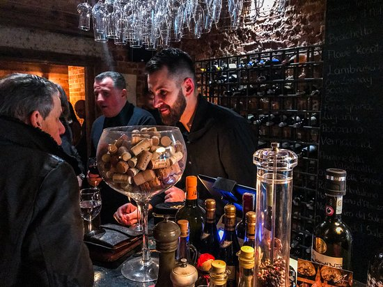 MiAmo Food & Wine: Nasza enoteca jest zawsze pełna gwaru i dobrego słowa.