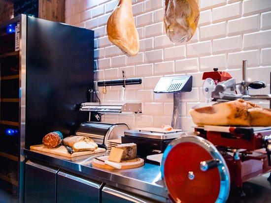 MiAmo Food & Wine: Enoteka MiAmo to nie tylko wino, ale również włoskie specjały: sery, szynki, salami i wiele inny