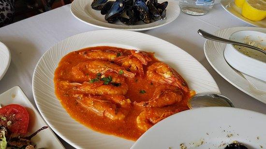 Vrachos Seafood Restaurant: Γαριδες με σαλτσα, πολυ νόστιμες, η Μαρία καθάρισε και το πιάτο
