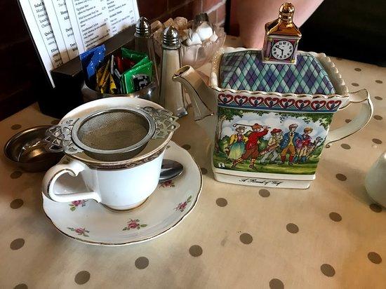 Herbert's Fine English Tearooms: Lovely teapot!