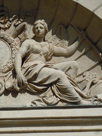 Hôtel des Ambassadeurs de Hollande: Détail du tympan du portail d'entrée