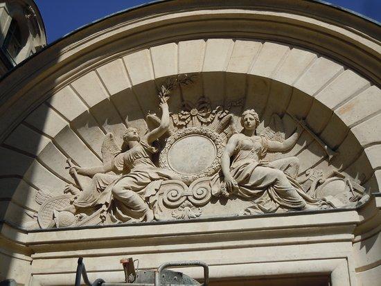 Hôtel des Ambassadeurs de Hollande: Tympan du portail d'entrée