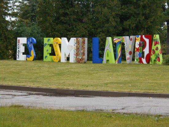 "Smiltene, Łotwa: "" Vi älskar Lettland""  på lettiska !   Kalnamuiza."
