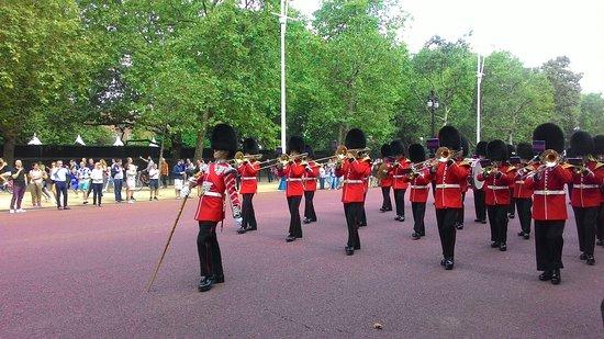Букингемский дворец: Guards