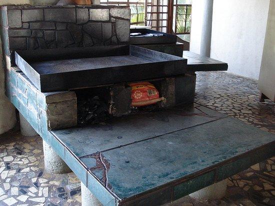 Hotel Fazenda Lago Ideia Molhada: Restaurante com fogão à lenha