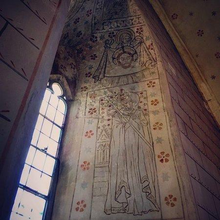 Orbe, سويسرا: Eglise d'Orbe fresques et clés de voûtes