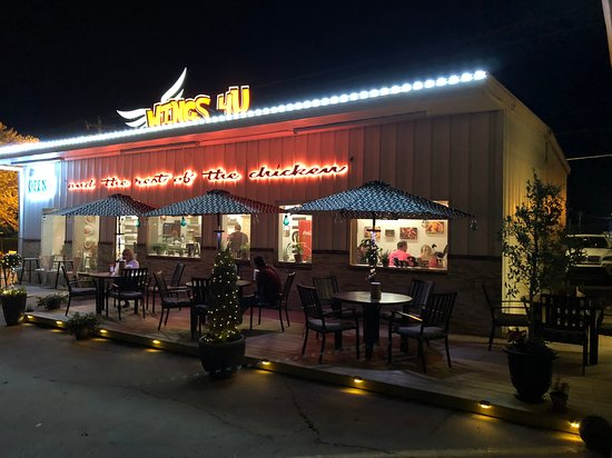 WINGS 4U: Enjoy our outside dining