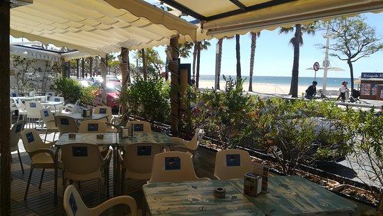 Els Pins Restaurant: siente la briza del mar desde la terraza ,ideal para relajarte .