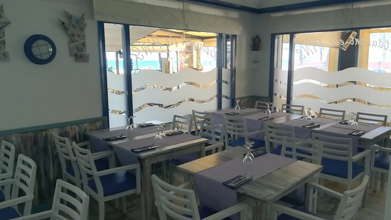 Els Pins Restaurant: interior confortable con una vista agradable al mar