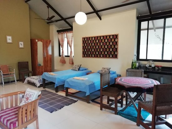 Gulmohar Homestay: Beds , sitting area and dining tab!e