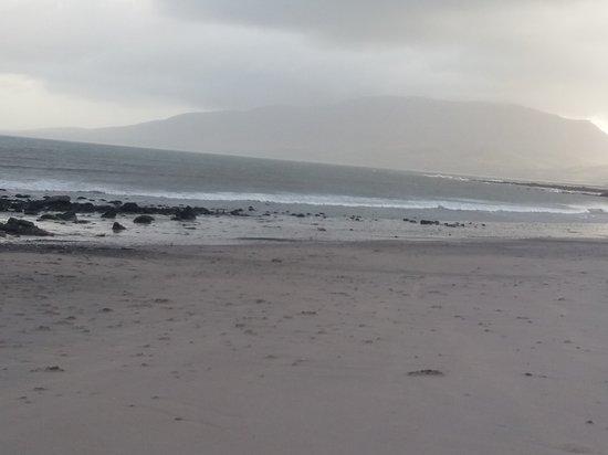 Banna Strand: Góry widziane z plaży. Troszkę za mgłą, ale można dostrzec ich zarys.