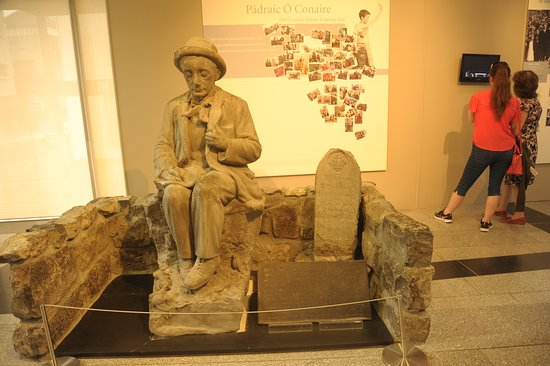 Galway City Museum: Статуя в холле музея