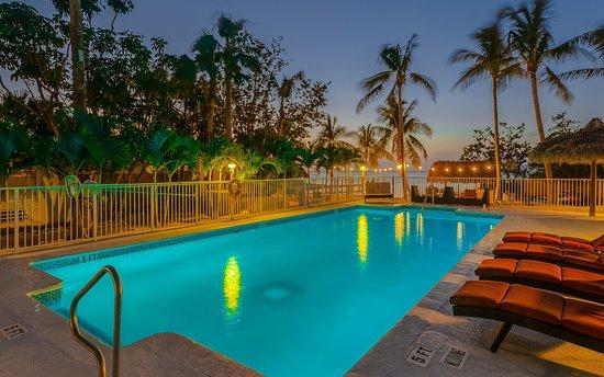 Atlantic Bay Resort: Pool in the evening
