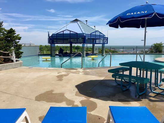 Парк развлечений Cedar Point Amusement Park: A lot of seating options in the adults only pool area, great views too