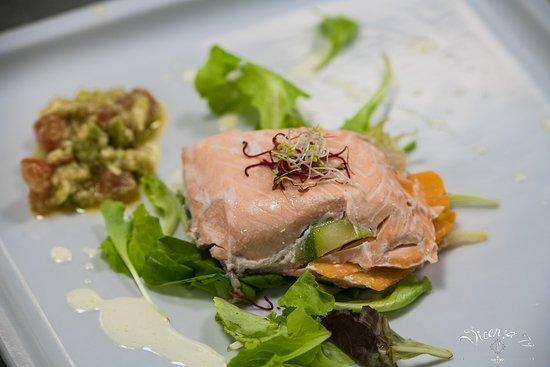 V79: Millefoglie di salmone con panna acida e guacamole