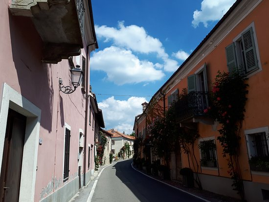 Bossolasco, Italy: dalla Vie en rose alla via in rose