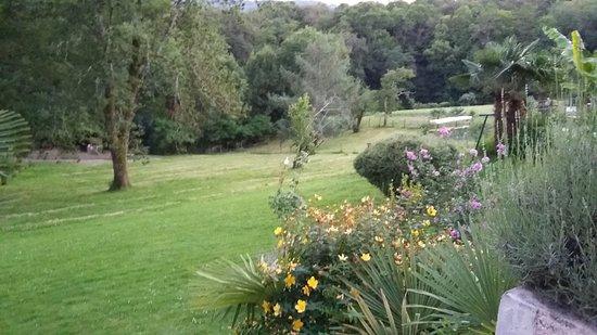 Chambres d'hotes L'Horizon: Vue large et agréable depuis la terrasse et la piscine.