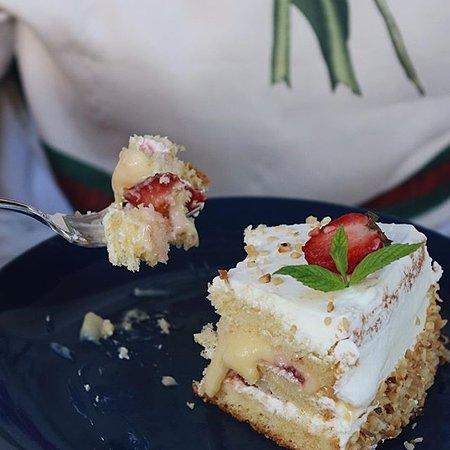 Fiyonk Bakery & Cafe: Beyaz Çikolatalı Çilekli Pasta