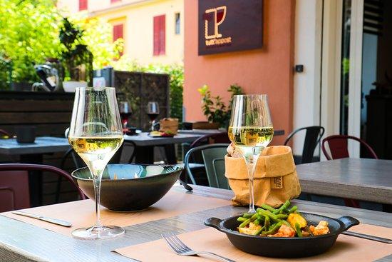 Tutt'Appost Enoteca & Wine Bar: Front patio sitting