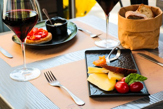 Tutt'Appost Enoteca & Wine Bar: Bruschetta and assiette of cheeses