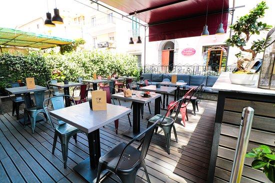 Tutt'Appost Enoteca & Wine Bar: Front Patio