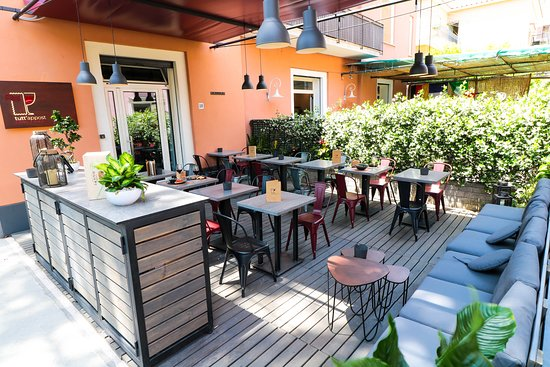 Tutt'Appost Enoteca & Wine Bar: Patio and Entrance