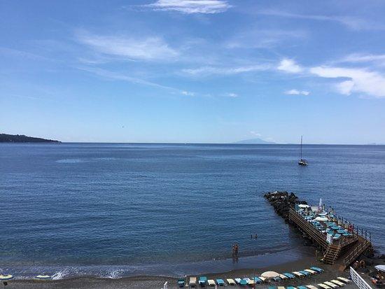 Mar Hotel Alimuri: Hotel s private deck area and beach
