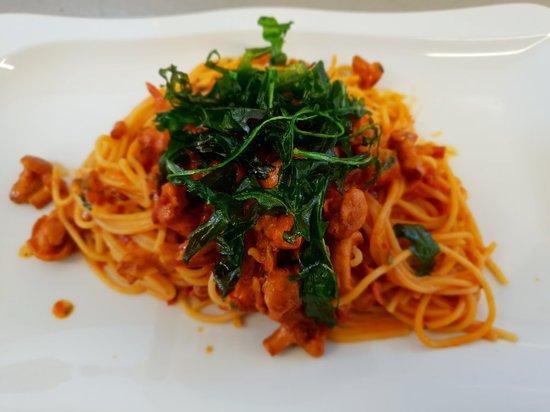 Ristorante Pizzeria Rustica Da Giovanni: Spaghetti Calabrese mit frischen Pfifferlingen, Speck, Zwiebeln und Tomatensauce