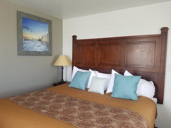 Jorgenson's Inn & Suites: King Suite 302 Bedroom