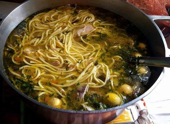 Armazem: Tradicional sopa de galinha caipira com macarrão caseiro