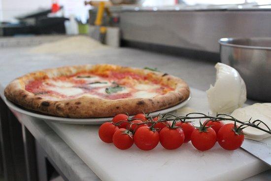 Pizza Casa (2) del BORGO: Pomodorini freschi, pizza Impasto Napoli