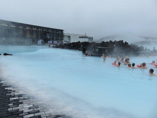 Grindavik, Iceland: 入る瞬間は寒いですが更衣室から顔だけ出して入っていける通路もあります。