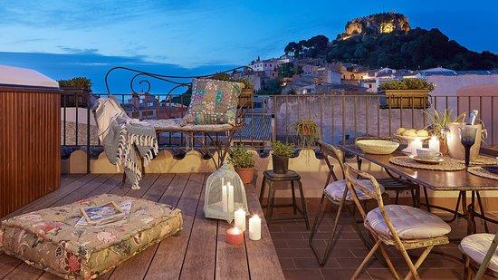 Petit Hotel Boutique La Indiana de Begur: Terraza Chill Out con vistas al Castell de Begur. Exclusivo clientes.