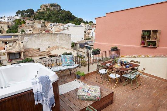 Petit Hotel Boutique La Indiana de Begur: Terraza Chill Out con jacuzzi.  Hamacas y sofás. Cenas privadas exclusivo clientes