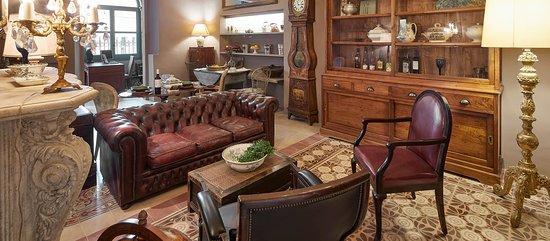 Petit Hotel Boutique La Indiana de Begur: Salón principal de La Indiana. Decoración colonial con piezas únicas. Chimenea.
