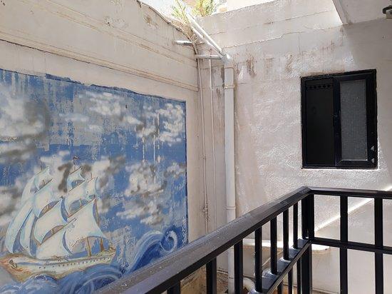 White Dolphin Holiday Complex: балкон и почти можно дотронуться до противоположной стены, открытое окно в туалет