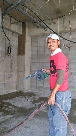 Bruco: 配管工事前に地面にカッターをいれる作業