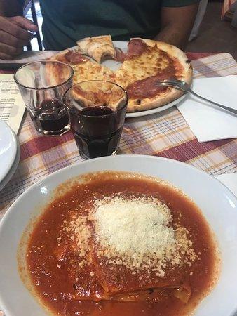Trattoria Pizzeria Luzzi: Lasanha bolonhesa, pizza e vinho da casa.