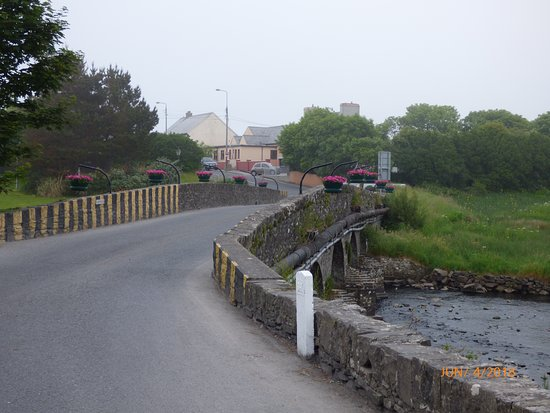 Strand Camping: Bridge into the town of Doonbeg