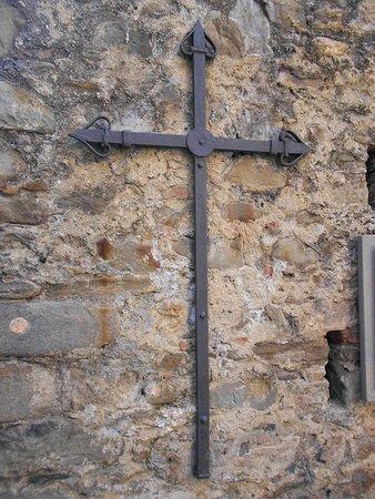 Oratorio dei Disciplinati di Santa Caterina: Beautiful old ironwork cross on exterior wall leading up to the church
