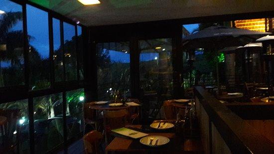 Mr. Tugas: salão do restaurante anoitecendo