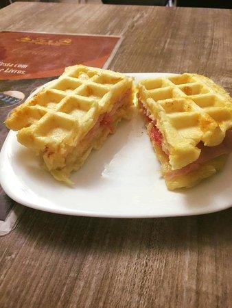 Matao, SP: Waffle salgado massa pão de queijo recheado presunto e mussarela. Muito saboroso.!!!