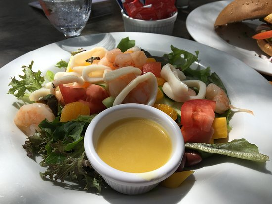 Mangos Restaurant: calamari fresh salad was very refreshing