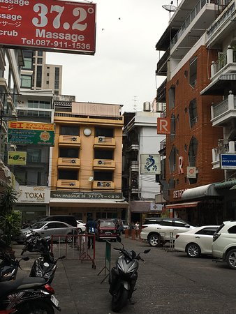 Wat Po Thai Traditional Massage School Sukhumvit: ソイ39の路地奥の黄色い建物