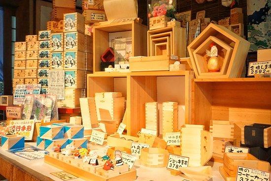 Masu Factory Masuya: ビールジョッキやおちょこも枡で作っています。