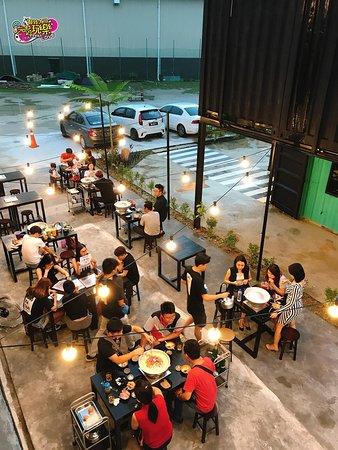 Вилайят Персекутуан, Малайзия: Perfect airy and breezy setting for hot traditional charcoal Thai BBQ
