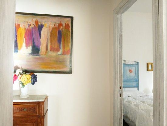 Amariglio B&B Ozieri: Un tratto di corridoio e lo sguardo sulla camera doppia con bagno