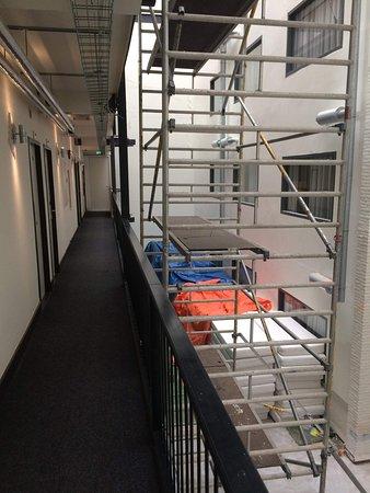 Best Western Amsterdam: Couloir devant nos secondes chambres avec nouveaux matelas peu protégés