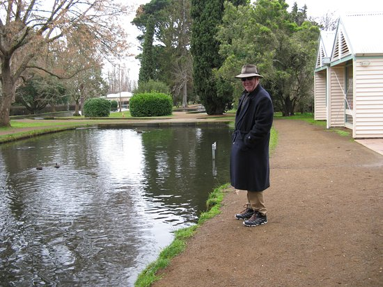 """New Norfolk, Australien: A """"Happy Camper"""" relaxing by feeding the magnificent trout after a superb lunch."""
